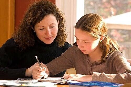 Madre sorveglia la figlia mentre fa i compiti