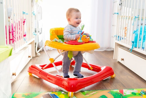 Insegnare al bebè a iniziare a camminare deve essere un'attività giocosa e divertente