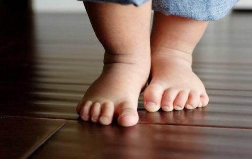 Normalmente, è il bambino che sente l'impulso spontaneo di iniziare a camminare e muovere i suoi primi passi