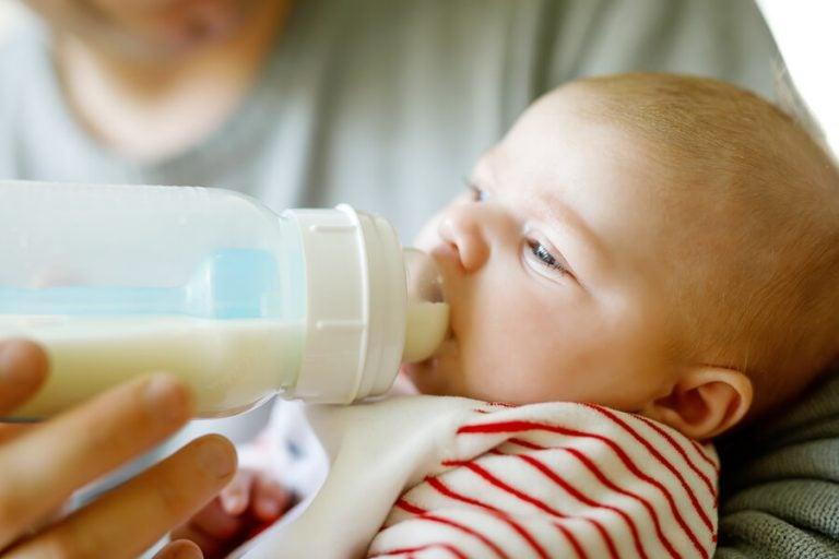 La quantità di latte raccomandata a seconda dell'età del bebè
