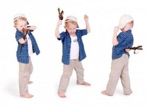 Bambino gioca con la fionda