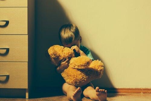 Bambino piange stringendo un orsacchiotto