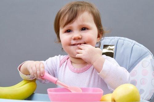 5 suggerimenti per insegnare ai bambini a mangiare da soli