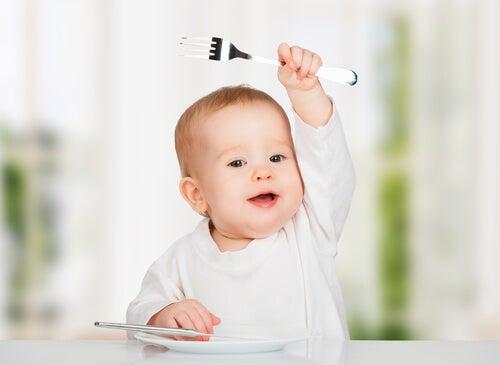 Quando i bambini iniziano a mangiare da soli, incoraggiate sempre ogni loro successo