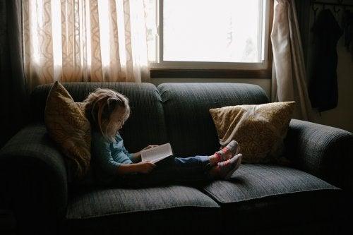Uno dei modi per instillare l'amore per la lettura nei bambini è mettere in scena la storia appena letta