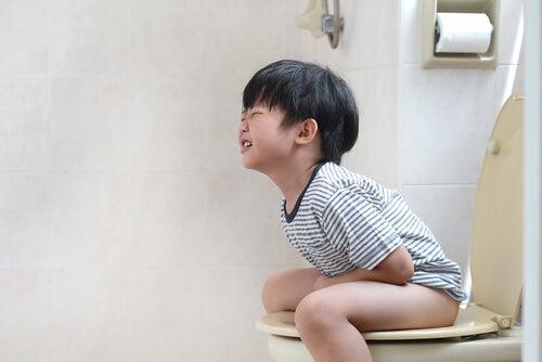 Uno dei modi per combattere la stitichezza nei bambini è il consumo di fibre