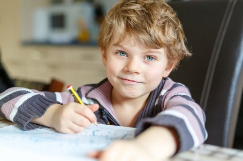 Bambino fa i compiti in sala