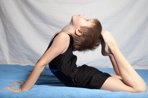 Bambino esegue esercizi