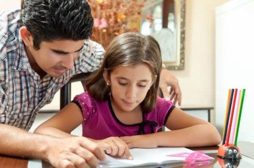 Padre aiuta figlia nei compiti