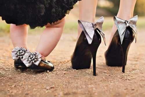 Mamma e figlia con le scarpe coordinate