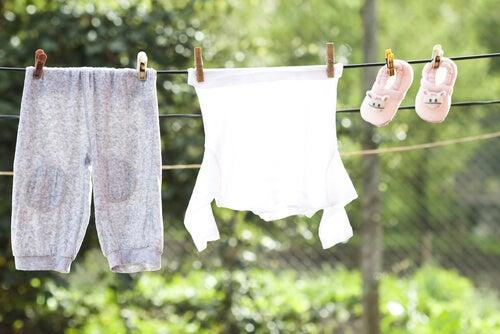 Per eliminar le macchie di pittura dai vestiti si consiglia di lavarli subito