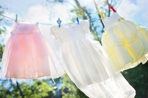 5 trucchi per eliminare le macchie di pittura dai vestiti