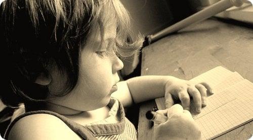 Scrivere a mano stimola lo sviluppo psicomotorio dei bambini