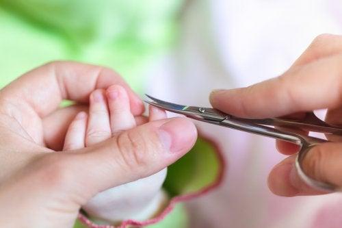 tagliare le unghie al bebè