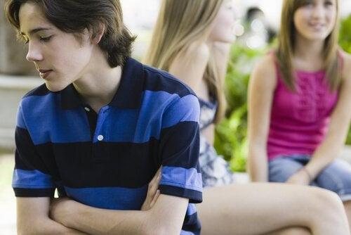 Gli adolescenti che hanno una bassa autostima di sé si sentono rifiutati dagli altri.