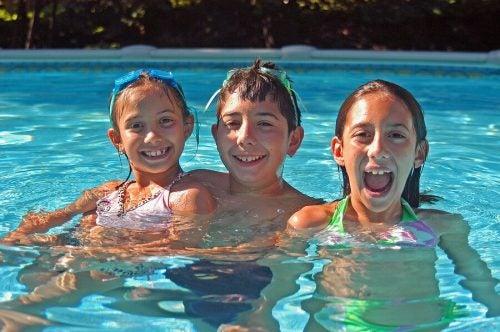 Norme di sicurezza per andare in piscina con i bambini