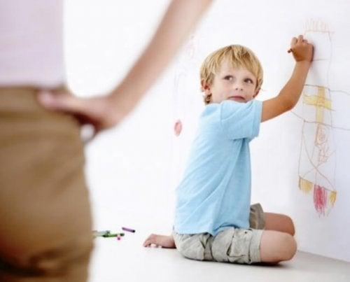 Bambino disegna sui muri