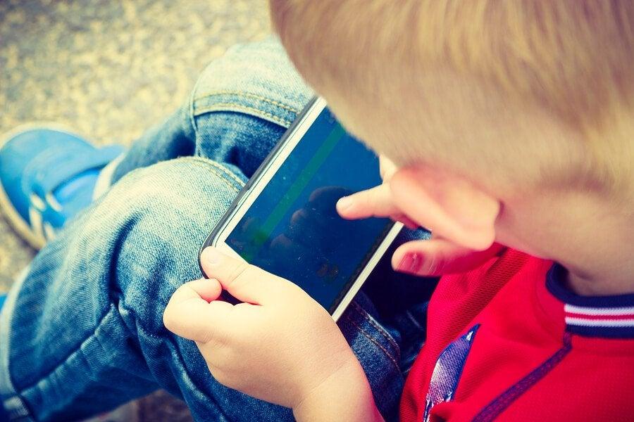 A che età i bambini dovrebbero avere il cellulare? Non prima dei 12 anni, a causa del gran numero di pericoli a cui possono venire esposti
