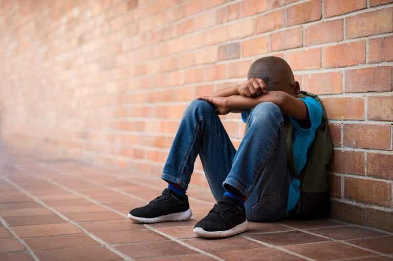 In che modo l'assenza dei genitori danneggia i bambini e i ragazzi?