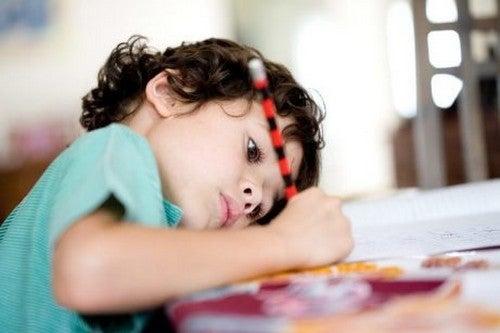 6 consigli per insegnare al bambino a fare i compiti da solo