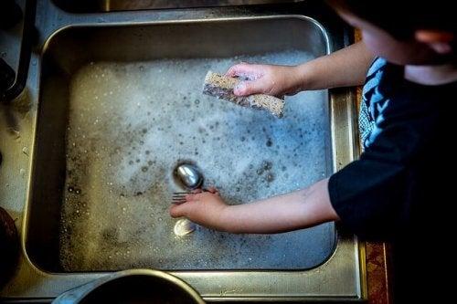 Bambino che lava i piatti educare bambini responsabili