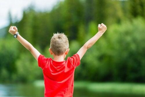 Insegnargli a volersi bene e valorizzarsi è una delle lezioni più importanti che potete dare a vostro figlio