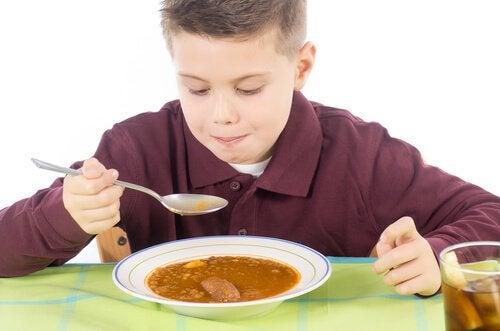 Bambino che mangia lenticchie