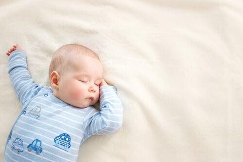 Neonato fa sonnellino diurno