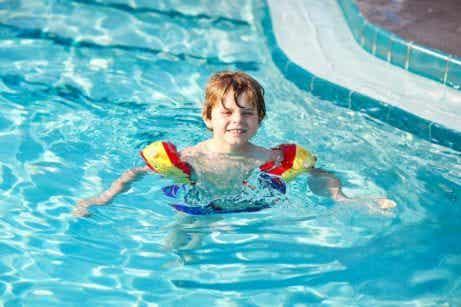 7 trucchi per insegnare al bambino a nuotare