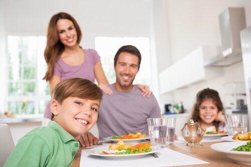 L'importanza di insegnare ai figli a comportarsi bene a tavola