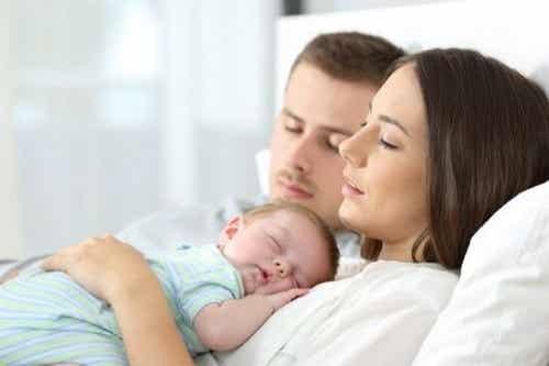 Dobbiamo lasciare dormire il neonato nel letto dei genitori?