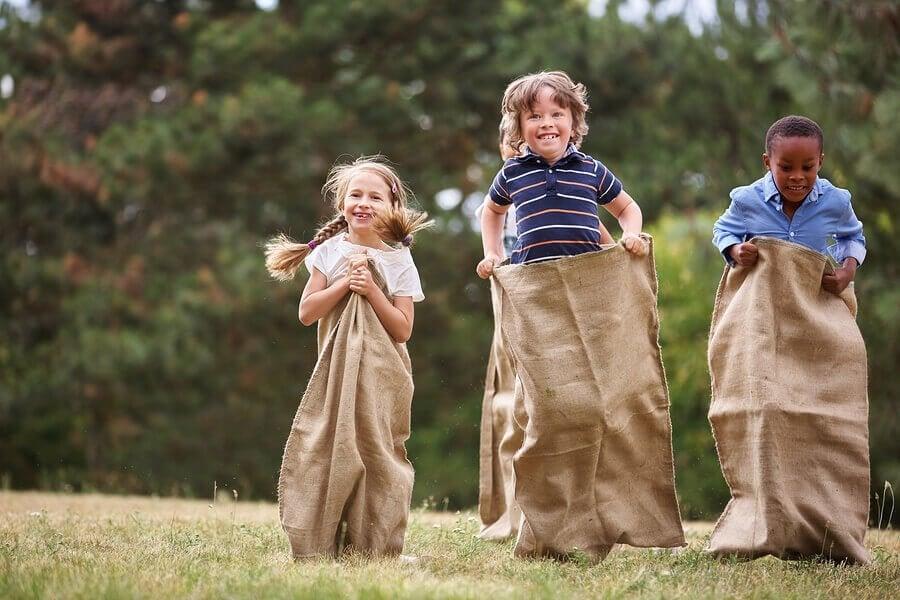Giocare al parco migliora la salute fisica e mentale dei bambini, incoraggiando il loro esercizio fisico