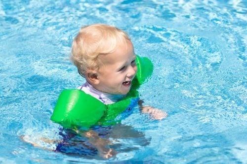 11 cose che dovete portare in piscina per il neonato