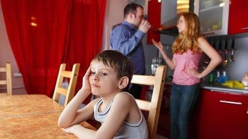 Genitori discutono in presenza del figlio
