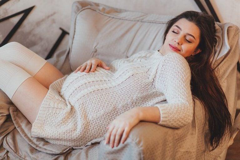 Dormire molto durante la gravidanza: è normale?