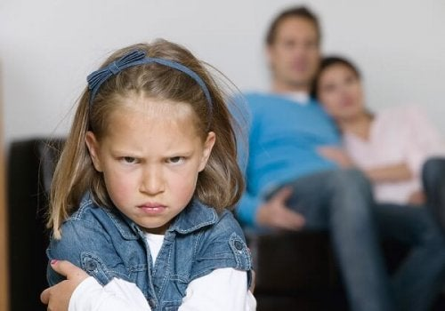 Bambina arrabbiata con i genitori
