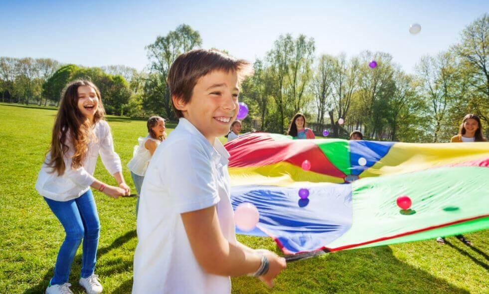 È positivo che i bambini giochino al parco perché così possono sviluppare la loro socialità