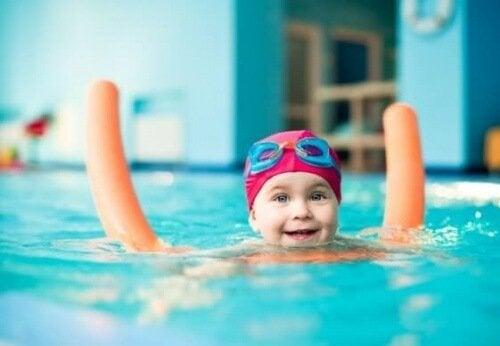 Per andare in piscina con i bambini, bisogna rispettare alcune norme di sicurezza, come l'impiego di salvagente