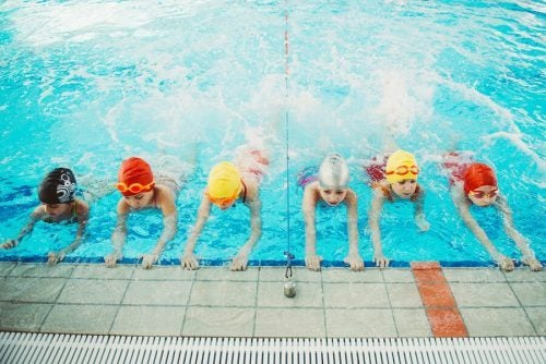 a2a71e2f38c1 Insieme a questa c'è la possibilità di interagire con altri bambini in  piscine o spiagge, oltre all'abitudine di svolgere uno sport completo e  ottimo per la ...