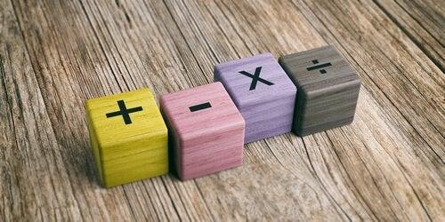 Cubi di legno con le quattro operazioni matematiche