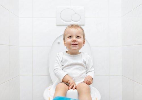 Uno dei 6 trucchi per togliere il pannolino consiste nell'abituare il bambino ad andare in bagno.