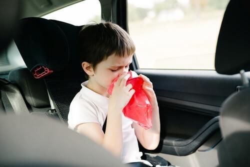Evitare che il bambino soffra il mal d'auto
