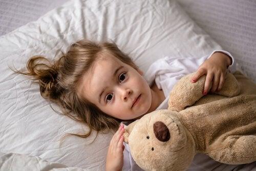 Bambina sveglia nel suo letto