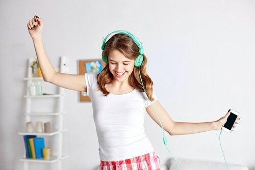 Ragazza adolescente balla ascoltando della musica