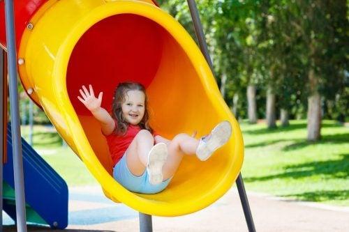 Perché è positivo che i bambini giochino al parco?