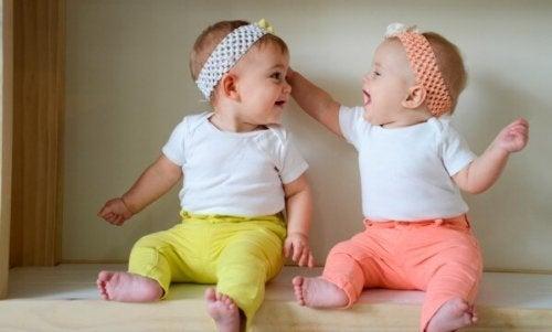Due bambini giocano