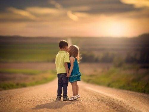 Gli adulti dovrebbero imparare la bontà dai bambini