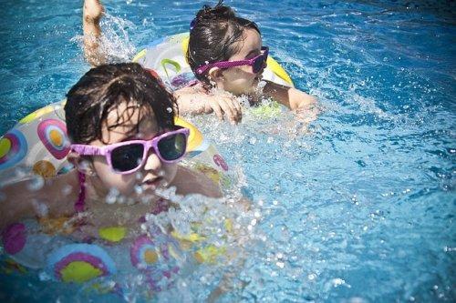 bambine in piscina con ciambella
