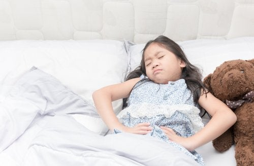 Bambina stesa a letto