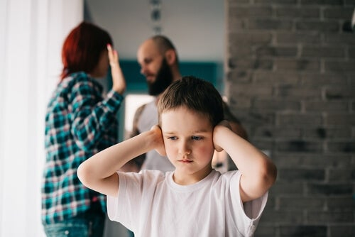Bambino che ascolta genitori litigare